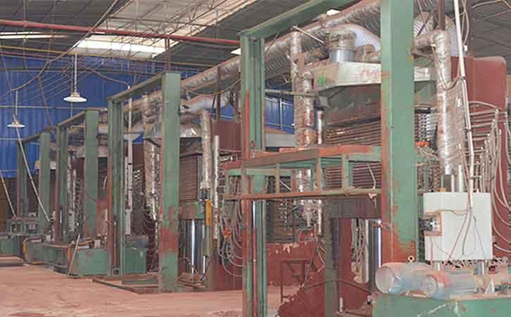 广西建筑用模板厂家荷嘉木业生产环境之涂胶机设备生产中